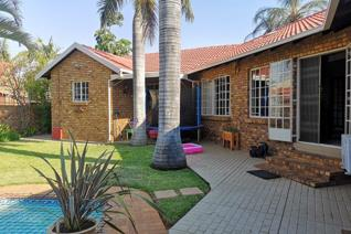 Spacious and very  neat 3 bedroom, 2 bathroom  home with an excellent location above Braam Pretorius st. Near all amenities, shopping ...