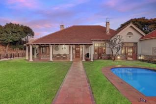 A Transvaal Winter morning. Charms of yesteryear. Closed off magnificent St Pauls Road. Beautifully maintained, this exquisite original ...
