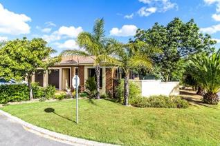 This 3 bedroom house is situated in the sought after Sonstraal-East with its tranquil ...
