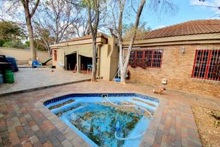 Freestanding Face brick home in Sterpark. Great entertainment including enclosed stoep with build in Bar, outside braai area, jungle ...