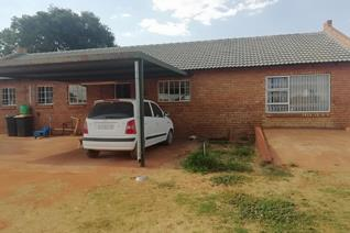 Located near the Roodeplaat Spar. This spacious 4 bedroom house is situated on a smallholding and have 2 bathroom and a open plan ...