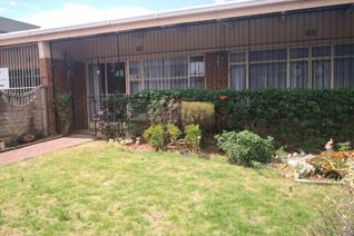 This modern open plan flat is situated in Heidelberg central.  The open plan kitchen with wooden cupboards, melamine tops and 4 plate ...