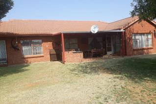 This beutifull 4 Bedroom house has allot to offer: aircon alarm system borehole with sprinkle system Cameras electrical gate exta ...