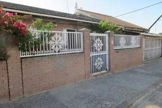 This beautful 3 bedroom family home for sale consists of two garages, a fully fitted ...