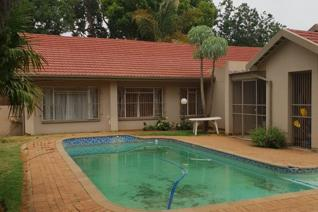 This well-situated home is within walking distance from both Laerskool Du Preez Van Wyk ...