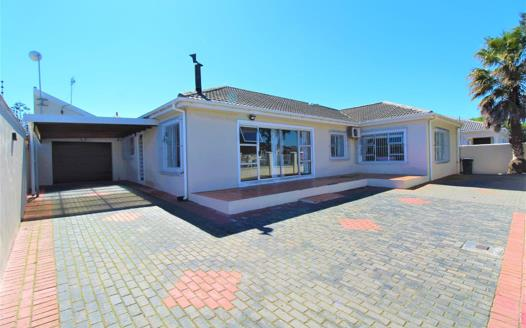 4 Bedroom House for sale in Sanddrift