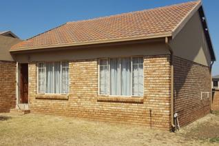 Townhouse in Security Estate 24 Hour Security Opposite Gautrain Bus Stop Close to ...