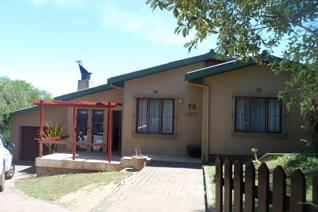Family home situated in a quiet area on Drostdy Kop with beautiful mountain views. 3 bedrooms, 2 bathrooms, laundry, open plan ...