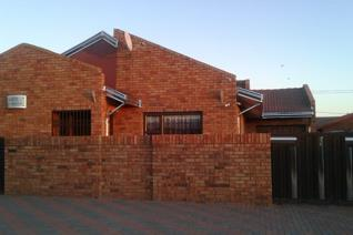 3 bedroom for sale in parys;Remax Blue Chip proudly presents this beutifull well loved house in parys.the house offers the ...