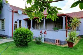 This Vintage Property has a perfect location to raise a family!    3x Different schools in less than 1kilo, you can even walk to the ...