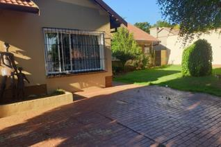 Gorgeous family home available in randhart!  This warm and  charming family home is located in the well established area of Randhart ...