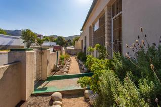 This central located property on a large plot is situated next to Paarl hospital. ...