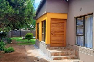 This house has been modernly renovated. Open plan, spacious with sliding doors opening ...