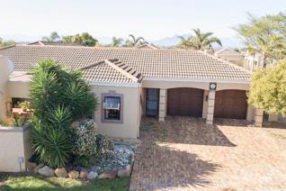 Uitzicht, Durbanville- 3 bedroom corner home in peaceful neighbourhood. 3 tiled bedrooms ...