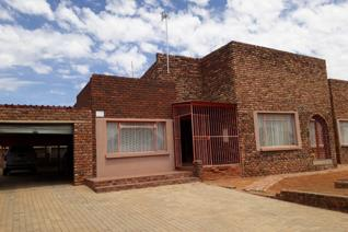 2 Bedroom house for sale with 2 bathrooms, lounge, kitchen and a flat.