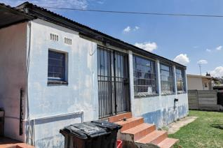 The rusty property offers you 3 bedrooms, lounge, dinning room, bathroom and a kitchen. Not for the fine hearten as this property needs ...