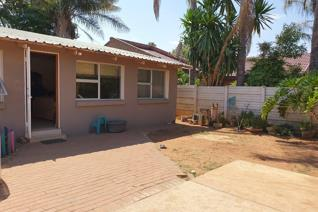 This property consists of 3 bedrooms, 2 bathrooms, open plan kitchen and lounge.  It is close to petrol stations and shopping centers. ...