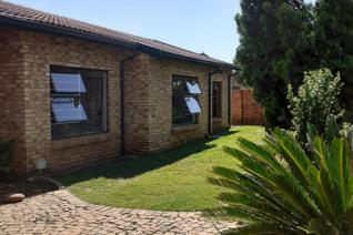 Lovely free standing family home to let.  3 Bed/2 Bath Swimming pool. Double ...