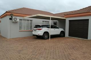 * 3 Bedroom townhouse in Bendor in complex with 2 Bathrooms and Open plan Lounge with ...