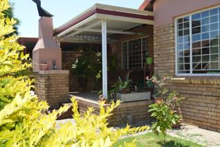 This beautiful 3 bedroom, 2 bathroom townhouse in Magalieskruin, Eastwood Park, is ...