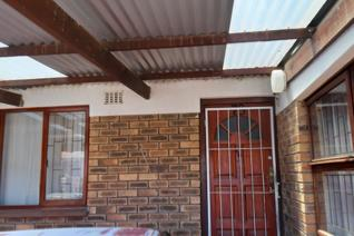 This facebrick home offers 2 bedrooms with built in cupboards and knotty pine ceilings. Fully tiled lounge and extended dining area. ...