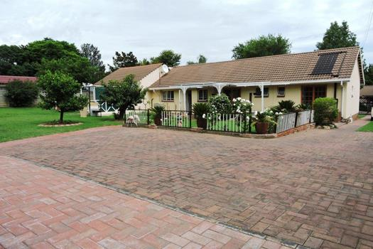 5 Bedroom House for sale in Bloubosrand