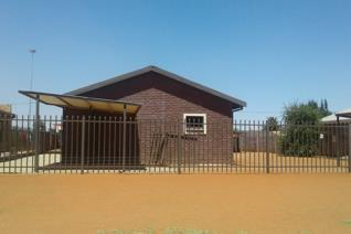 Description:  This unique 3 bedroom house is situated near the police station in Pudimoe. Two of the bedrooms are en-suite although the ...
