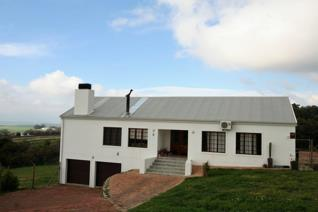 3 Bed, 3 bathroom home  with open plan living, dining and kitchen area.  Enclosed braai ...