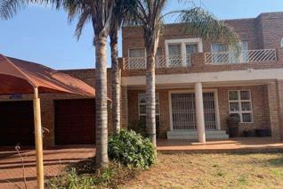 This very nice and very spacious 6 bedroom house is in the heart of Fauna Park. It also offers 3 lounges, kitchen, 2 dining rooms and 4 ...