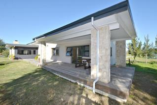 Lifestyle home  This newly constructed lifestyle home is set on a small holding in Kalbaskraal.    Approach the home from old ...