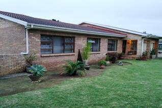 This immaculate home situated in a quiet street in Boskloof is waiting for you to just move in!  Bursting with space and accommodation ...