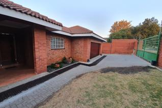 Spacious modern 3 bedroom family home in Trichardt near the school. 2 Bedrooms have en -suite bathrooms with shower and toilet. 3rd ...