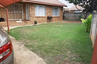 Dont miss out on this open plan living area/beuatifull kitchen, open plan lounge/tv room, 3 bedrooms with 2 bathrooms, laundry, 1 ...