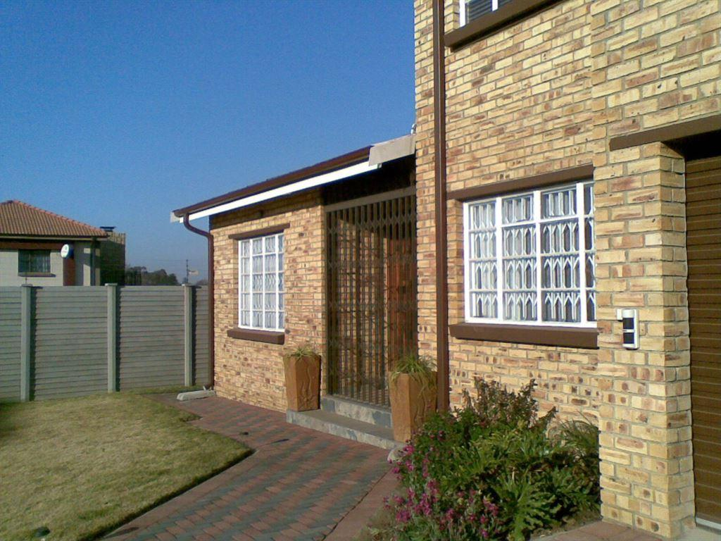 3 bedroom townhouse for sale in mantevrede for 3 bedroom townhouse