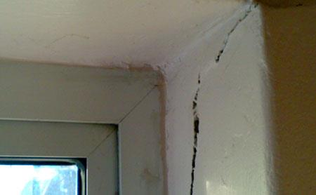 what causes horizontal cracks in exterior walls